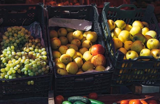 Äpfel und trauben in kisten