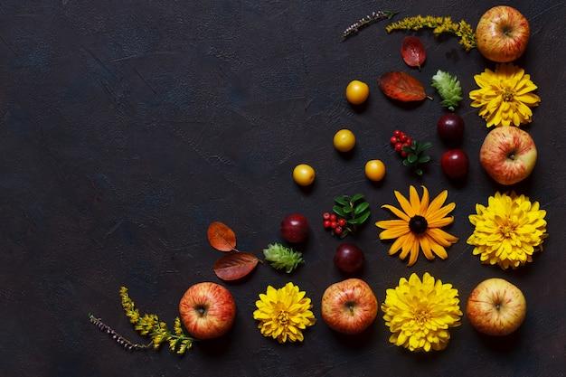Äpfel, wilde kirschpflaumen, rote beeren und schöne blumen