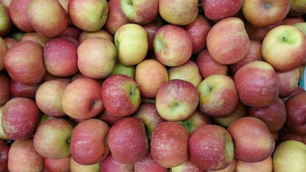 Äpfel zum verkauf im supermarkt.