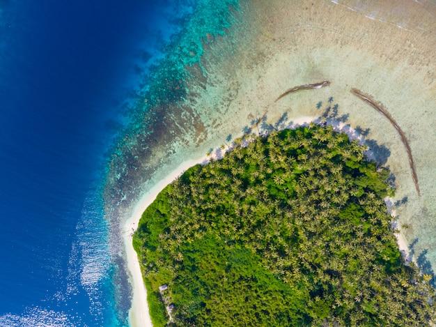 Aerial top down tropischen archipel indonesien, korallenriff weißen sandstrand strand türkisfarbenem wasser.