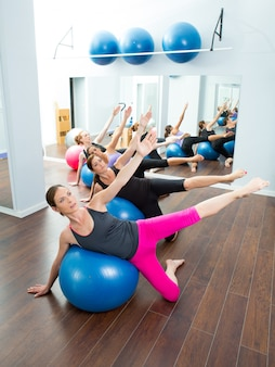 Aerobe pilates-frauengruppe mit stabilitätsball