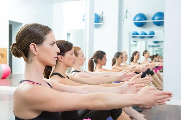 Aerobic pilates persönlicher trainer in einer turngruppenklasse