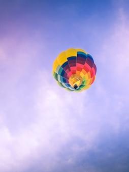 Aerostatischer ballon im blauen himmel