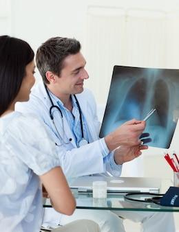 Ärzte analysieren eine röntgenaufnahme