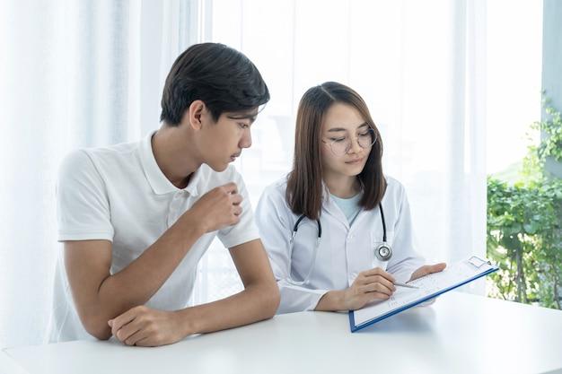 Ärzte berichten über die ergebnisse der gesundheitsuntersuchung und empfehlen den patienten medikamente.