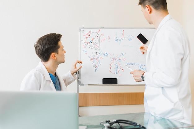 Ärzte betrachten whiteboard