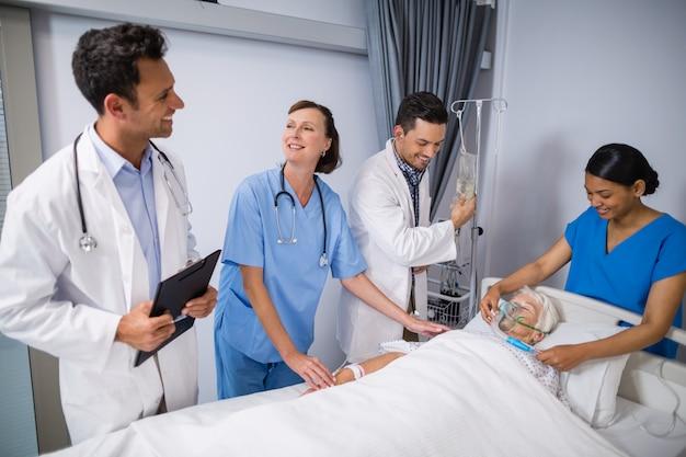Ärzte, die ältere patienten untersuchen