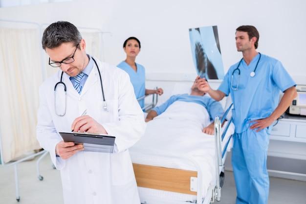 Ärzte, die berichte vom patienten am krankenhaus halten