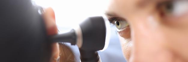 Ärzte, die das otoskop in der nähe des patientenohrs in der nahaufnahme der klinik halten. diagnose des mittelohrentzündungskonzepts