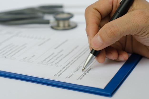 Ärzte, die die checkliste der übertragenen verschreibungsliste mit der hand ausfüllen, schließen das medizinische und gesundheitskonzept