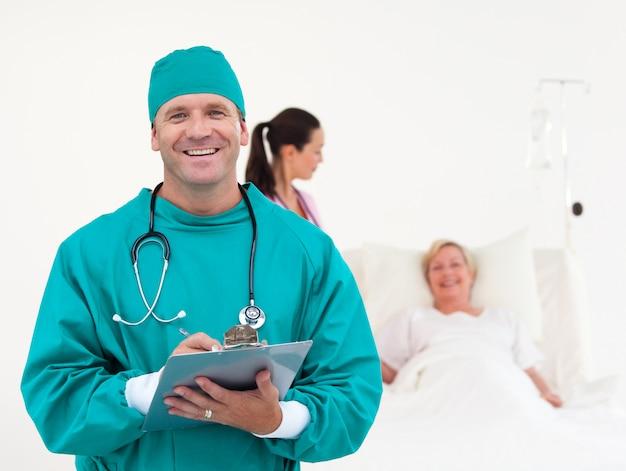Ärzte, die einen älteren patienten überprüfen