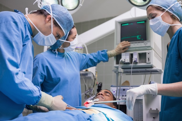 Ärzte, die einen patienten bedienen