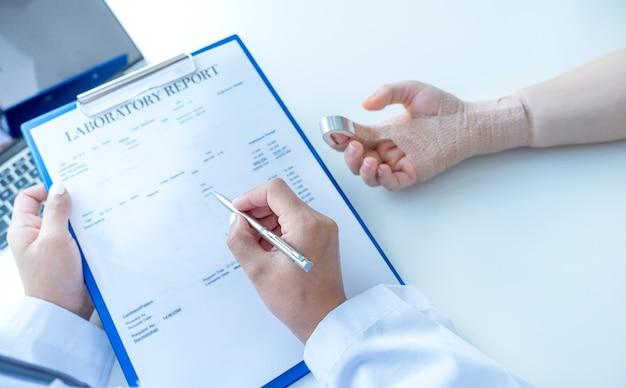 Ärzte, die einen stift in der hand halten und die ergebnisse der gesundheitsuntersuchung melden, empfehlen den patienten medikamente