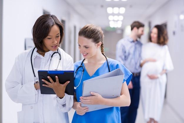 Ärzte diskutieren in der zwischenablage im korridor
