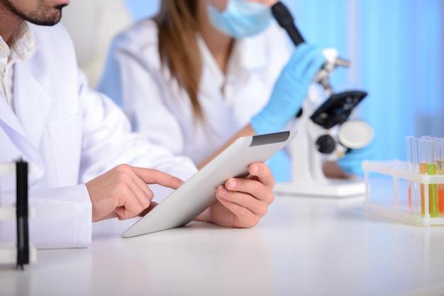 Ärzte führen experimente in der klinik durch.