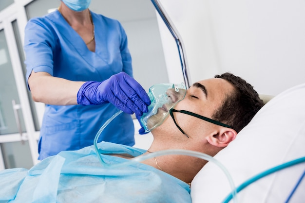 Ärzte geben einem männlichen patienten in der notaufnahme eine wiederbelebung. herzmassage