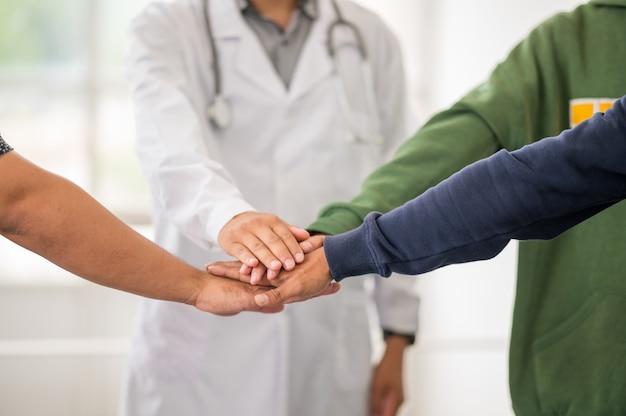 Ärzte geben sich die hand für die medizinische zusammenarbeit