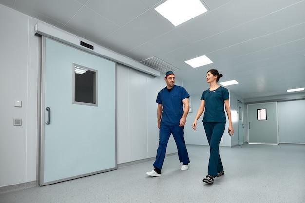Ärzte gehen gespannt durch den korridor der klinik und bereiten sich auf eine komplexe operation vor.