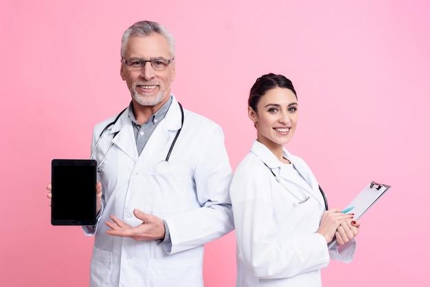 Ärzte hält zwischenablage und tablet pc