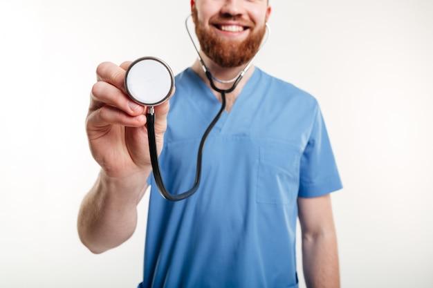 Ärzte hand hält ein stethoskop und hört auf herzschlag
