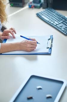 Ärzte handschriftliche notiz in arbeitsnotizbuch