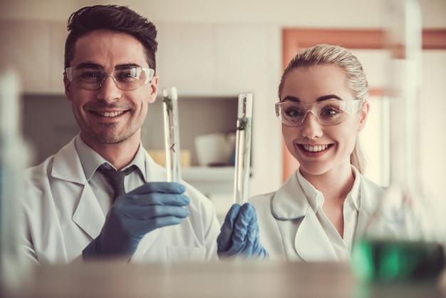 Ärzte in handschuhen und schutzbrille.