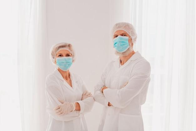 Ärzte mit maske und gesichtsschutz sind bereit, im krankenhaus zu arbeiten