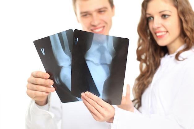 Ärzte mit röntgenaufnahmen