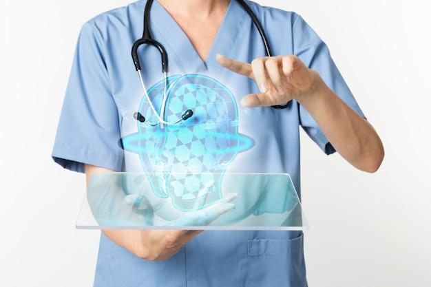 Ärzte mit transparenter tablette mit hologramm-medizintechnik