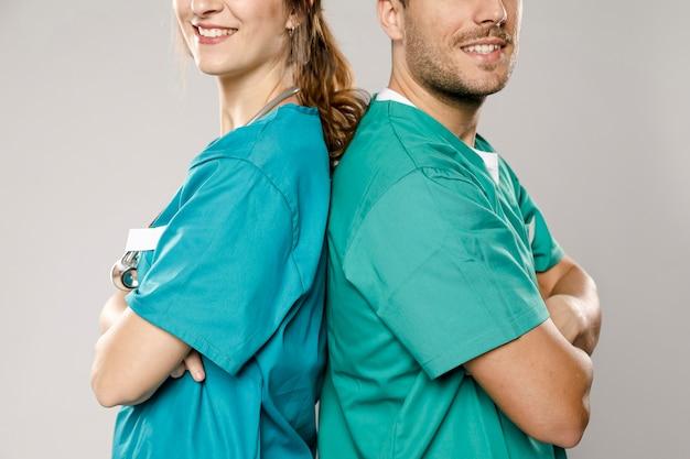 Ärzte posieren rücken an rücken