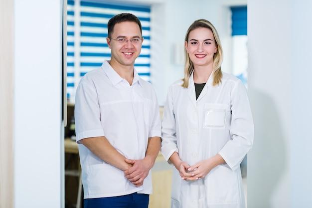 Ärzte stehen im krankenhausgebäude
