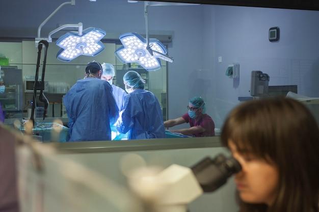 Ärzte und kliniker, die in einer klinik mit elektronischen geräten arbeiten