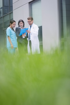 Ärzte und krankenschwester diskutieren über bericht