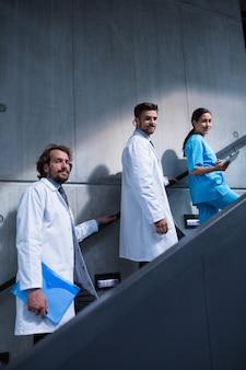 Ärzte und krankenschwester stehen auf der treppe