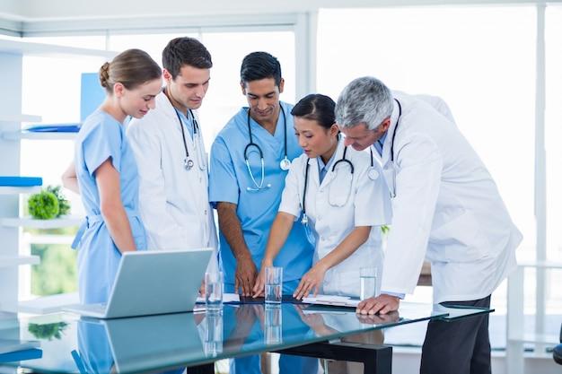 Ärzte und krankenschwestern, die zusammen besprechen