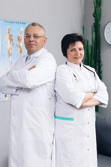 Ärzte und krankenschwestern schauen nach vorne