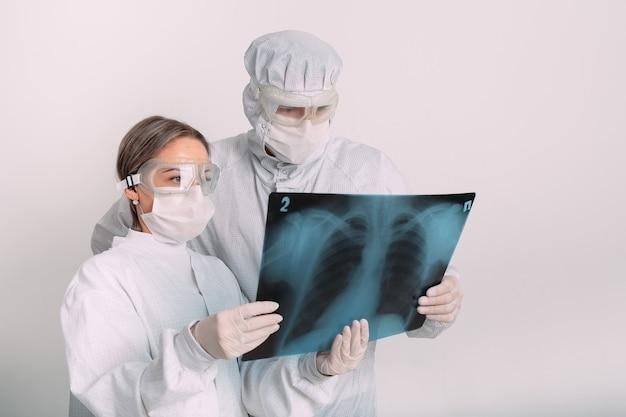 Ärzte untersuchen röntgen auf lungenentzündung des patienten in der klinik