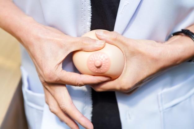 Ärzte werden gezeigt, dass sie das brustimplantat für schwangere pressen