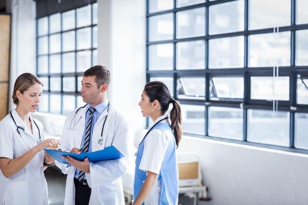 Ärzteteam, das am krankenhaus steht und spricht