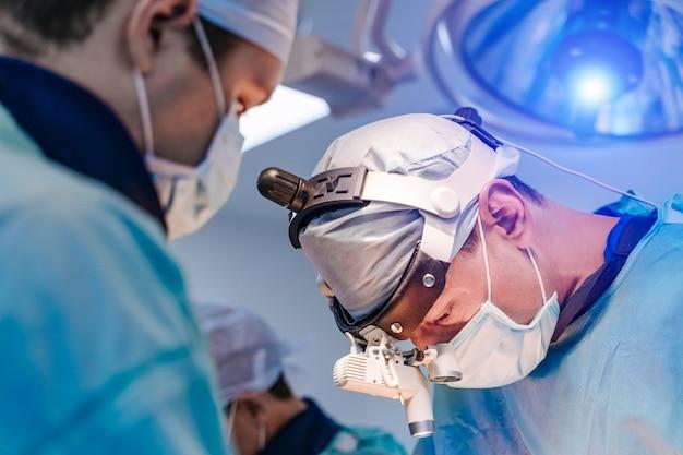 Ärzteteam, das chirurgische operation durchführt
