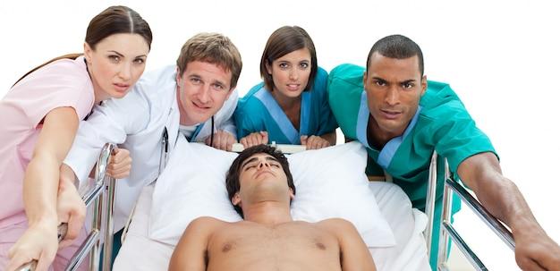 Ärzteteam, das einen patienten zur intensivstation trägt
