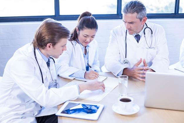 Ärzteteam, das in der sitzung an einem konferenzsaal sich bespricht