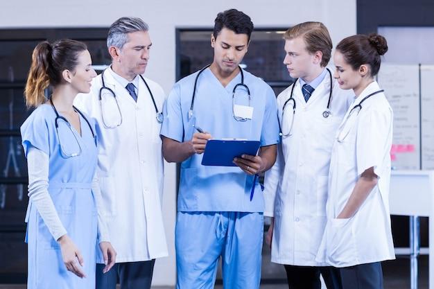Ärzteteam, das sich zusammen im krankenhaus bespricht