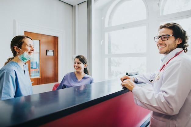 Ärzteteam im gespräch an der rezeption