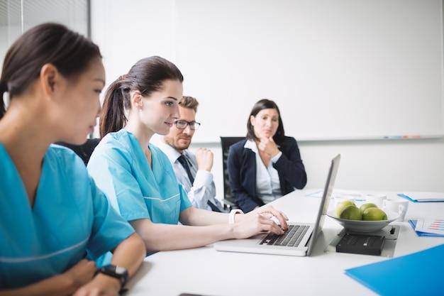 Ärzteteam in einer besprechung