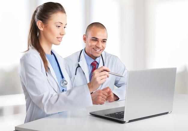 Ärzteteam spricht über expertise im krankenhaus