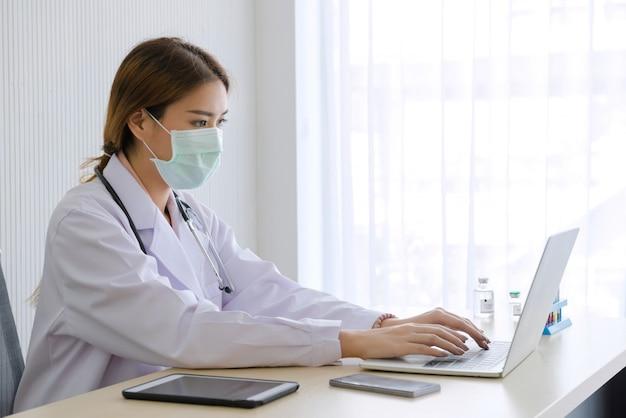 Ärztin arbeiten mit laptop