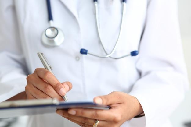Ärztin arm halten silber stift füllung