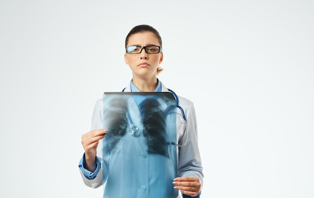 Ärztin bei der arbeit mit röntgen-nahaufnahme beschnittene ansicht