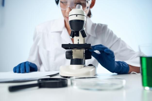 Ärztin biologie technologie forschungsmikroskop